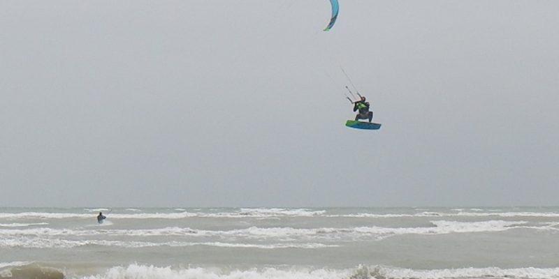 – Lignano –  Freddo e vento di scirocco non fermano Kitesurf e Windsurf