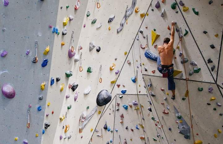 – Saggia la parete -Inizia l'arrampicata!